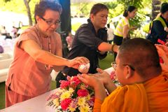 Les personnes thaïlandaises arrosent pour la rémission et les bénédictions des moines bouddhistes dans le festival de Songkran Photos stock