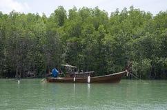 Les personnes thaïlandaises asiatiques arrêtent le bateau en bois classique sur la mer près de Mangr photos stock