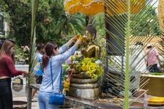 Les personnes thaïlandaises célèbrent le festival de Songkran en versant l'eau au-dessus de la statue de Bouddha pour signifier l Photographie stock