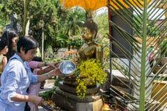 Les personnes thaïlandaises célèbrent le festival de Songkran en versant l'eau au-dessus de la statue de Bouddha pour signifier l Images libres de droits
