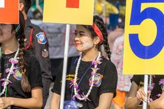 Les personnes thaïlandaises célèbrent le festival de Songkran en versant l'eau au-dessus de la statue de Bouddha pour signifier l Photos stock
