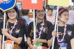 Les personnes thaïlandaises célèbrent le festival de Songkran en versant l'eau au-dessus de la statue de Bouddha pour signifier l Image libre de droits
