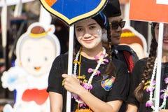 Les personnes thaïlandaises célèbrent le festival de Songkran en versant l'eau au-dessus de la statue de Bouddha pour signifier l Images stock