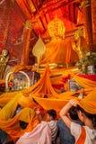 Les personnes thaïlandaises consacrent la robe longue jaune Images stock