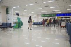 Les personnes thaïlandaises et le voyageur de foreiner attendent et marchent à l'intérieur de Don M Photographie stock libre de droits
