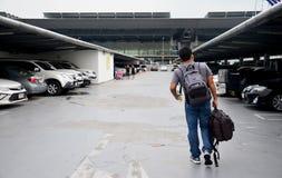 Les personnes thaïlandaises et le voyageur de foreiner attendent et marchent chez Suvarnabhumi Photos libres de droits