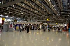 Les personnes thaïlandaises et le voyageur de foreiner attendent et marchent chez Suvarnabhumi Images stock