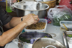Les personnes thaïlandaises faisant cuire la cuisine thaïlandaise appelée Chor Muang sont thaïlandaises royal images stock