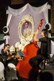 Les personnes thaïlandaises payent à respect à la mémoire de Sa Majesté le roi de la Thaïlande Photographie stock
