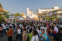 Les personnes thaïlandaises prient pour le 6 mars Uranus au-dessus de la ville photo libre de droits