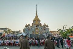 Les personnes thaïlandaises prient pour le 6 mars Uranus au-dessus de la ville photos libres de droits