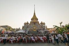 Les personnes thaïlandaises prient pour le 6 mars Uranus au-dessus de la ville image libre de droits