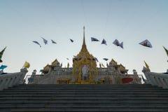 Les personnes thaïlandaises prient pour le 6 mars Uranus au-dessus de la ville images stock