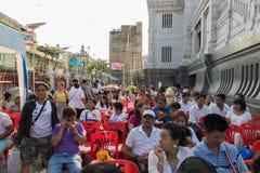 Les personnes thaïlandaises prient pour le 6 mars Uranus au-dessus de la ville images libres de droits