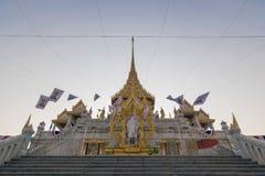 Les personnes thaïlandaises prient pour le 6 mars Uranus au-dessus de la ville photographie stock