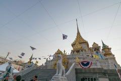 Les personnes thaïlandaises prient pour le 6 mars Uranus au-dessus de la ville photo stock