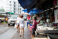 Les personnes thaïlandaises trouvent et achètent la mer matière première dans Pathumtani photo stock