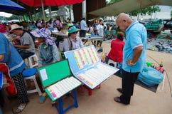 Les personnes thaïlandaises vérifient et achètent la note de loterie Photographie stock libre de droits