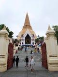 Les personnes thaïlandaises visitent et le respect prient des reliques Sarira de Bouddha photo libre de droits