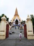 Les personnes thaïlandaises visitent et le respect prient des reliques Sarira de Bouddha photographie stock