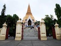 Les personnes thaïlandaises visitent et le respect prient des reliques Sarira de Bouddha image stock