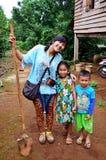 Les personnes thaïlandaises visitent et prennent la photo avec les enfants laotiens Image libre de droits