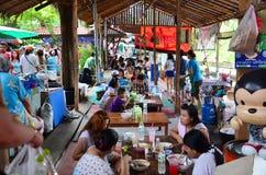 Les personnes thaïlandaises vont au marché de flottement de Bangnamphung Image libre de droits