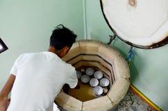 Les personnes thaïlandaises woking le feu de processus Benjarong en céramique sont traditionnelles photos stock