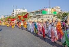 Les personnes vietnamiennes dans le dragon dansent des troupes à la célébration de nouvelle année de Tet près de la pagoda de Thi Photographie stock