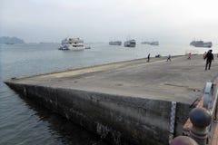 Les personnes vietnamiennes sur un bateau lancent dans la baie long Vietnam d'ha Images libres de droits
