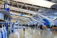 les personnes voyagent à l'aéroport international de Kansai à Osaka Images libres de droits