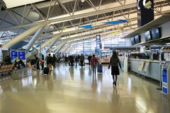 les personnes voyagent à l'aéroport international de Kansai à Osaka Image stock