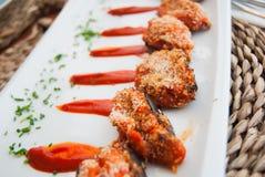 Les petites aubergines ont fait cuire au four avec la sauce tomate et le pair image libre de droits
