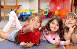 Les petites filles affichent l'OK de signe Photo libre de droits
