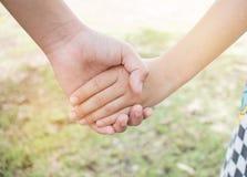 Les petites filles asiatiques tenant des couples de mains montrent ensemble Relationsh Image libre de droits