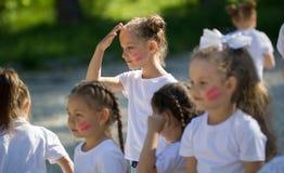 Les petites filles caucasiennes team avec les visages peints jouant en parc d'été Photos libres de droits