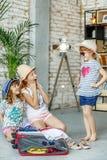 Les petites filles choisissent des vêtements pour le voyage Concept, mode de vie, chil photographie stock libre de droits