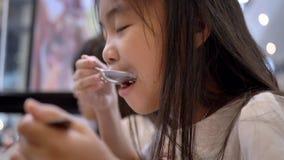 Les petites filles des enfants asiatiques appréciant le dîner clips vidéos