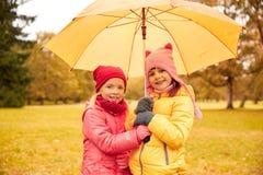 Les petites filles heureuses avec le parapluie en automne se garent Photos libres de droits