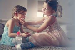 Les petites filles mignonnes jouant avec composent dans la chambre Images libres de droits