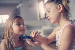 Les petites filles mignonnes jouant avec composent dans la chambre Images stock