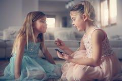 Les petites filles mignonnes jouant avec composent dans la chambre Image libre de droits