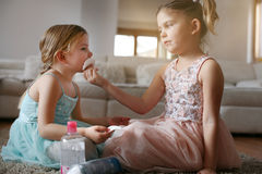 Les petites filles mignonnes jouant avec composent dans la chambre Photographie stock