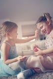 Les petites filles mignonnes jouant avec composent dans la chambre Photos libres de droits