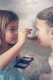 Les petites filles mignonnes jouant avec composent dans la chambre Photo libre de droits