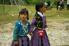 Les petites filles pendant l'amour lancent le festival sur le marché au Vietnam Photos libres de droits