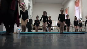 Les petites filles portent un arc aux spectateurs dans la gratitude pour des représentations de prévision banque de vidéos