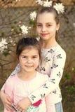 Les petites filles posent sur le jardin floral de fleur au printemps Les soeurs appr?cient la journ?e de printemps ext?rieure Enf images libres de droits