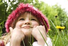 Les petites filles sourit en stationnement Image libre de droits
