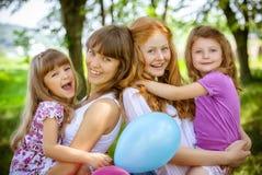Les petites filles sur des mains des soeurs Image stock